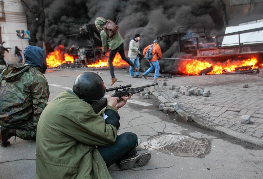 """""""Άοπλος"""" """"διαδηλωτής""""-σκοπευτής σκοπεύει με το πάσο του..."""