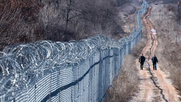 Βουλγαρικά στρατεύματα σταματούν τη ροή μεταναστών στα σύνορα με τη Τουρκία (Hannah Lucinda Smith)